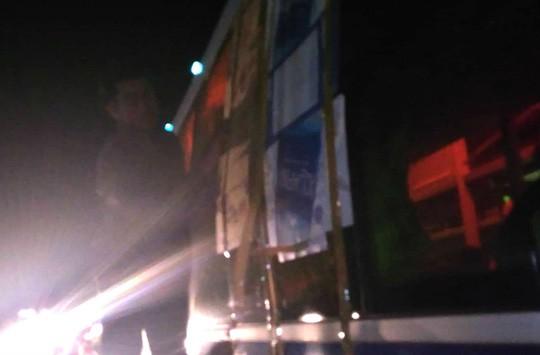 Hàng loạt xe bị ném đá khi đi qua đường tránh BOT Cai Lậy - Ảnh 1.