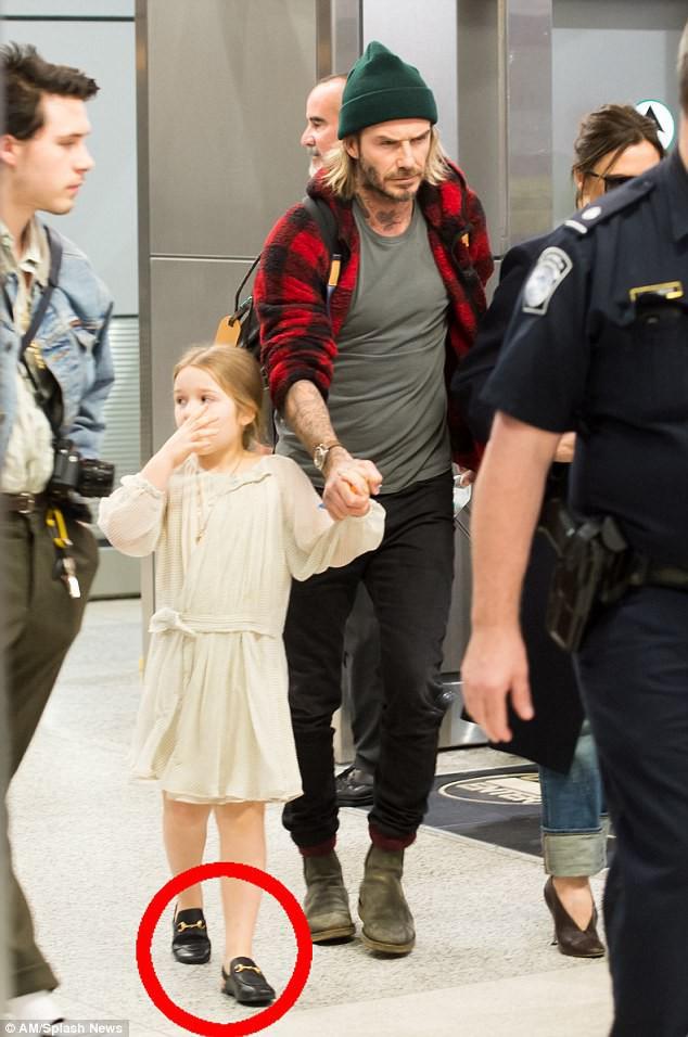 Harper Beckham diện giày 7,2 triệu đồng đi nghỉ mát đón năm mới cùng gia đình - Ảnh 1.
