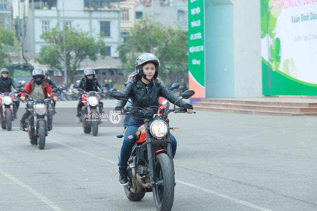 Một lần nữa, MC Anh Tuấn lại gây xúc động khi chạy chiếc xe của Trần Lập dẫn đoàn diễu hành trên phố - Ảnh 11.