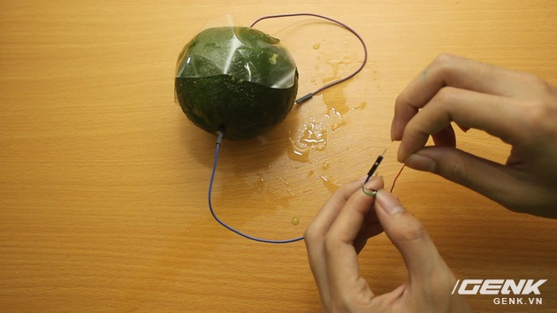 Hướng dẫn bạn đọc chế sạc pin dự phòng từ một quả cam, sạc được tới gần 40% pin cho iPhone - Ảnh 12.