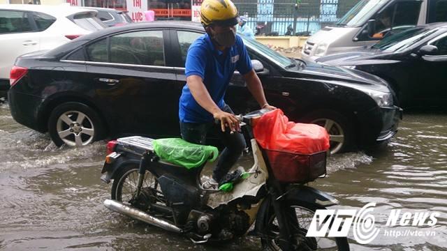 Mưa lớn đầu mùa, phố Hà Nội ngập sâu, giao thông ùn tắc - Ảnh 11.