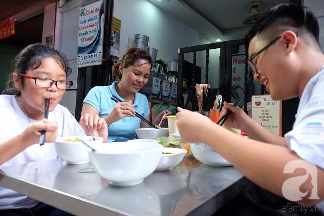 Ở Sài Gòn mà chưa xem xiếc mì, chưa ăn tô sủi cảo Thiệu Ký, bạn vẫn chưa hưởng hết lạc thú chánh hiệu Sài Gòn - Ảnh 11.