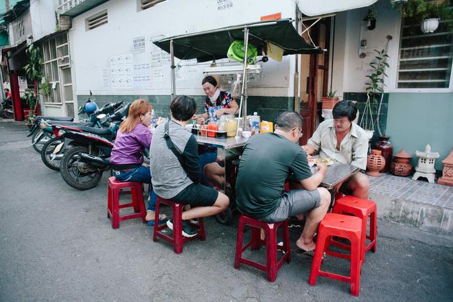 Chiều Sài Gòn lộng gió, ghé hẻm Cheo Leo ăn dĩa bột chiên giản dị mà gây nhớ gây thương suốt 43 năm - Ảnh 11.