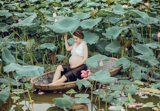Vác bụng bầu 8 tháng đi chụp ảnh với hoa sen, cô giáo trẻ được khen tấm tắc vì quá xinh - Ảnh 11.