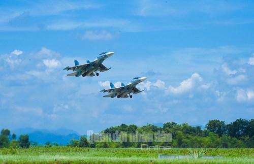 Trực thăng vũ trang, phản lực chiến đấu đồng loạt bắn, ném bom, tiêu diệt mục tiêu mặt đất - Ảnh 11.
