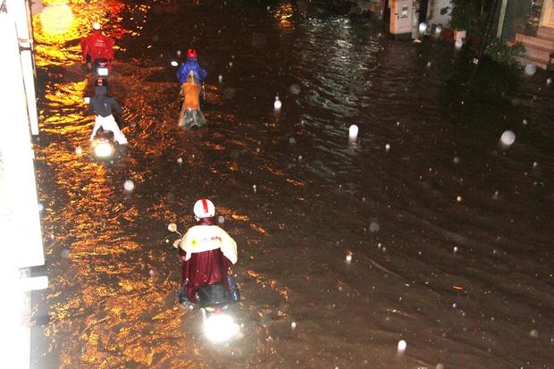 Người Sài Gòn khổ sở bì bõm về nhà trong cơn mưa cực lớn đêm cuối tuần - Ảnh 11.
