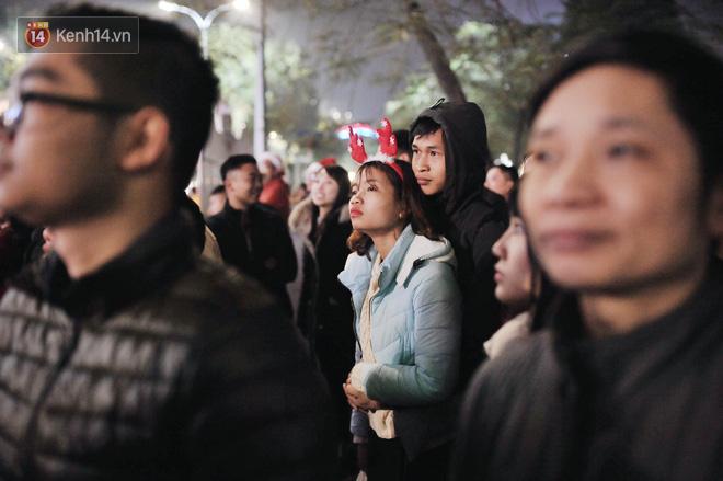Giới trẻ Hà Nội kéo xuống phố đông nghịt đi chơi Noel - Ảnh 11.