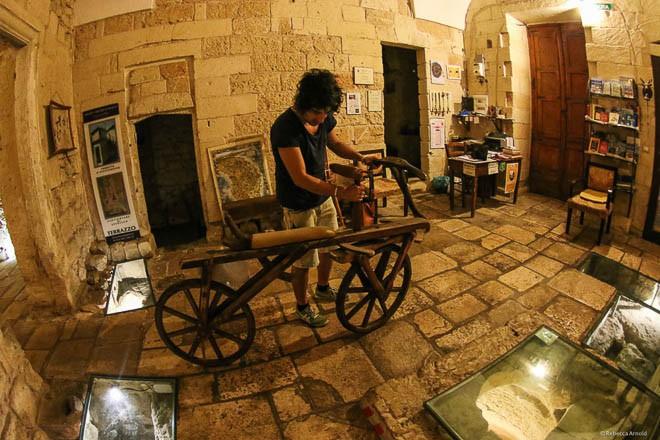 Sửa nhà vệ sinh cũ, người đàn ông phát hiện cả một kho tàng lịch sử vô giá từ hàng thế kỷ trước - Ảnh 11.