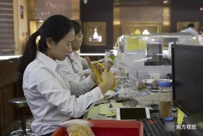 Ngôi làng nhiều vàng bạc châu báu nhất Trung Quốc: Xách túi nilon đựng vàng ròng đi ngoài đường cũng chẳng lo bị cướp - Ảnh 12.
