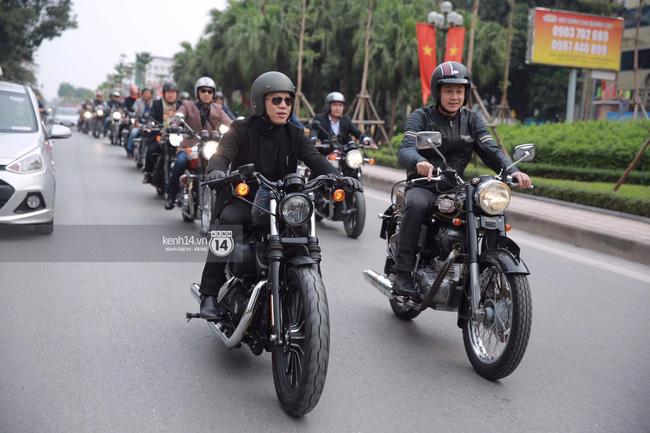Một lần nữa, MC Anh Tuấn lại gây xúc động khi chạy chiếc xe của Trần Lập dẫn đoàn diễu hành trên phố - Ảnh 12.