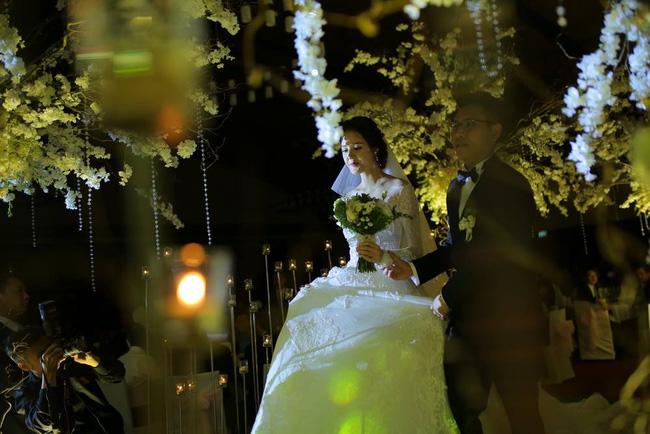 Á hậu Hoàng Anh rạng rỡ với váy trắng tinh khôi trong tiệc cưới - Ảnh 12.