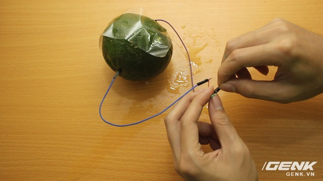 Hướng dẫn bạn đọc chế sạc pin dự phòng từ một quả cam, sạc được tới gần 40% pin cho iPhone - Ảnh 13.
