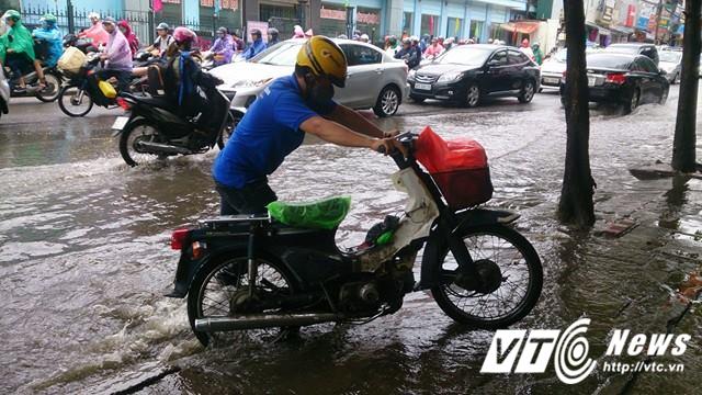 Mưa lớn đầu mùa, phố Hà Nội ngập sâu, giao thông ùn tắc - Ảnh 12.
