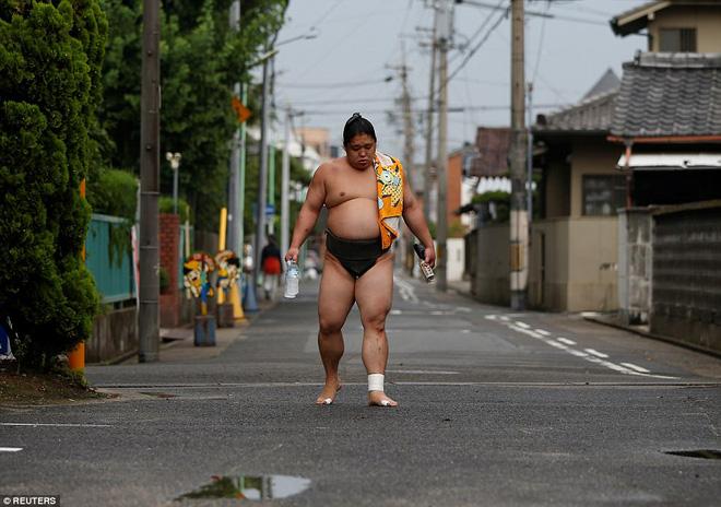 Vén màn cuộc sống của các đấu sĩ sumo tinh nhuệ tại Nhật Bản: Nạp 8.000 calo/ngày, phải thở bằng máy oxy khi ngủ - Ảnh 12.