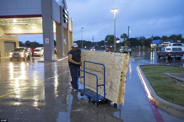 Cơn bão mạnh nhất thập kỷ đổ bộ vào Mỹ, người dân lo sợ một kịch bản tương tự Katrina xảy ra - Ảnh 12.