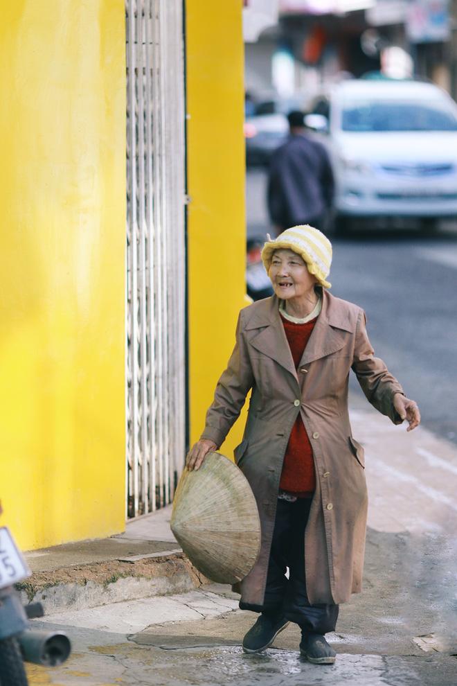 Hồng nhan thời trẻ nhưng về già chẳng chồng con, cụ bà 83 tuổi bầu bạn với thú hoang nơi phố núi Đà Lạt - Ảnh 13.