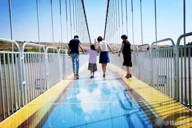 Trung Quốc: Du khách rụng rời chân tay khi ghé thăm cây cầu kính kết hợp công nghệ 3D - Ảnh 12.
