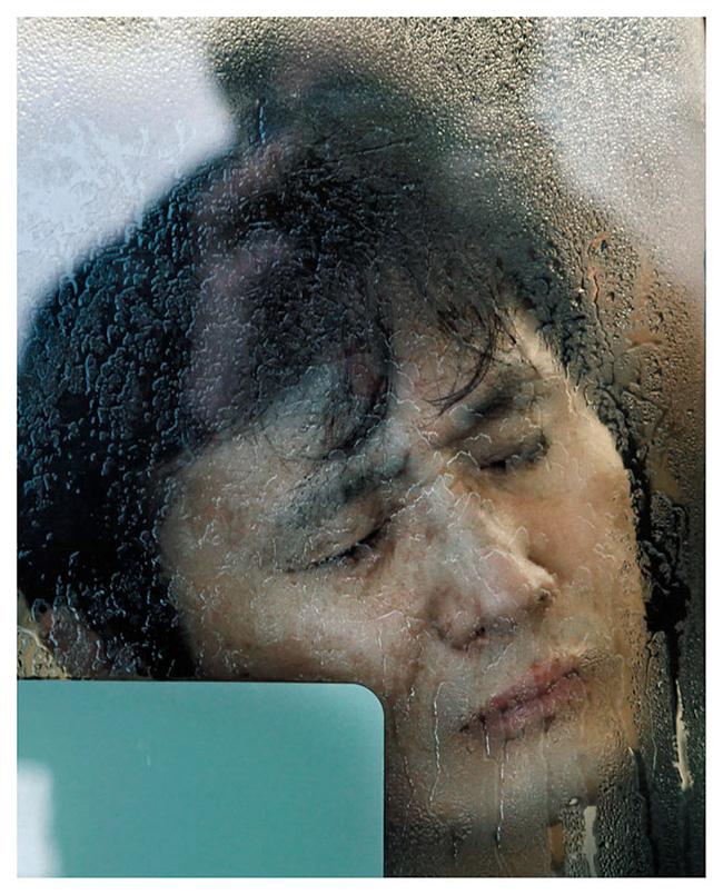 Nỗi chán chường và mệt nhoài với cuộc sống chất đầy chuyến tàu điện Nhật Bản - Ảnh 13.