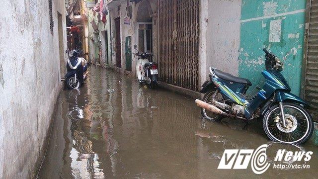 Mưa lớn đầu mùa, phố Hà Nội ngập sâu, giao thông ùn tắc - Ảnh 13.