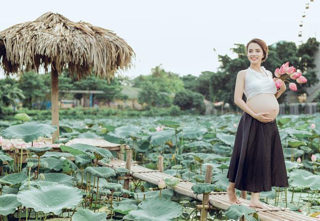 Vác bụng bầu 8 tháng đi chụp ảnh với hoa sen, cô giáo trẻ được khen tấm tắc vì quá xinh - Ảnh 13.