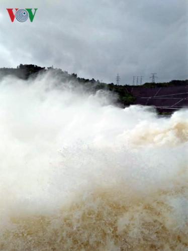 Ảnh: Háo hức chụp hình, xem Thủy điện Hòa Bình mở cửa xả đáy - Ảnh 12.