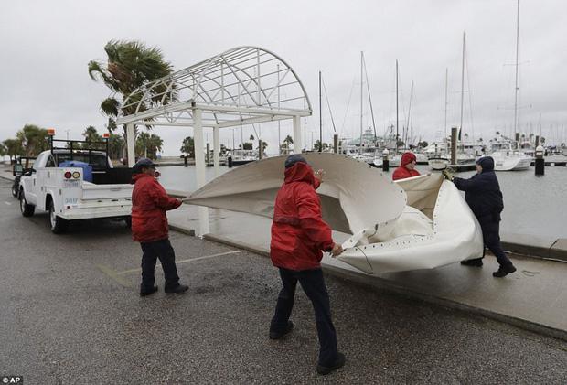 Cơn bão mạnh nhất thập kỷ đổ bộ vào Mỹ, người dân lo sợ một kịch bản tương tự Katrina xảy ra - Ảnh 13.