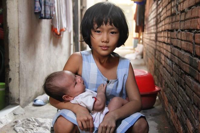Bố bỏ đi theo vợ nhỏ, bé gái 7 tuổi nghỉ học ở nhà lấy sữa lon pha loãng cho em 2 tháng uống vì không có tiền - Ảnh 14.
