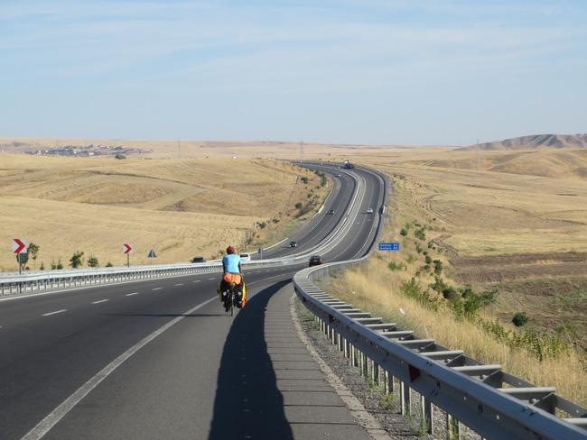 Hành trình 291 ngày, 15.000km, 11 quốc gia, 1 lần suýt chết, và cái kết có hậu của cô gái đạp xe từ Việt Nam - Ảnh 14.