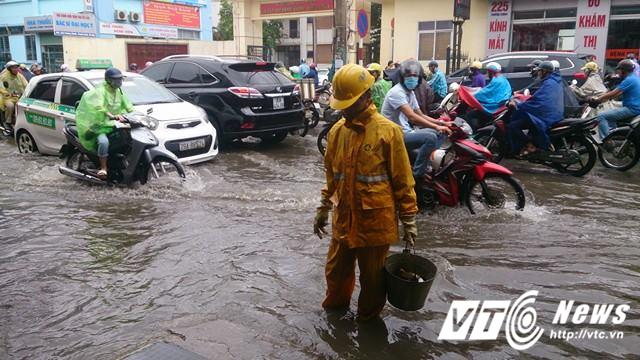 Mưa lớn đầu mùa, phố Hà Nội ngập sâu, giao thông ùn tắc - Ảnh 14.
