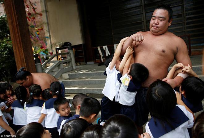 Vén màn cuộc sống của các đấu sĩ sumo tinh nhuệ tại Nhật Bản: Nạp 8.000 calo/ngày, phải thở bằng máy oxy khi ngủ - Ảnh 14.