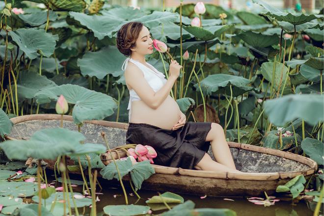 Vác bụng bầu 8 tháng đi chụp ảnh với hoa sen, cô giáo trẻ được khen tấm tắc vì quá xinh - Ảnh 14.