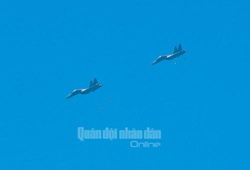 Trực thăng vũ trang, phản lực chiến đấu đồng loạt bắn, ném bom, tiêu diệt mục tiêu mặt đất - Ảnh 14.