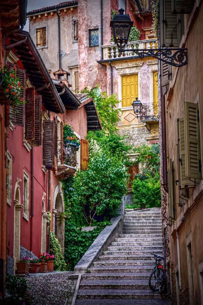 Chiêm ngưỡng vẻ đẹp cổ tích của 25 con phố rực rỡ khắp nơi trên thế giới - Ảnh 14.