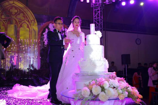 Á hậu Hoàng Anh rạng rỡ với váy trắng tinh khôi trong tiệc cưới - Ảnh 15.