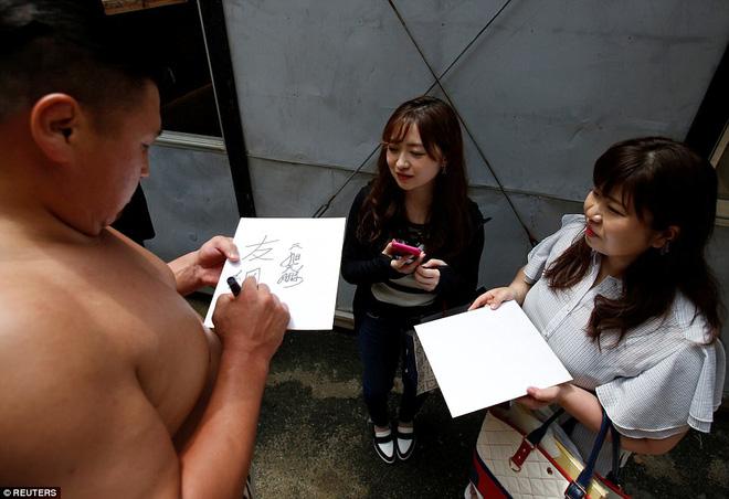 Vén màn cuộc sống của các đấu sĩ sumo tinh nhuệ tại Nhật Bản: Nạp 8.000 calo/ngày, phải thở bằng máy oxy khi ngủ - Ảnh 15.