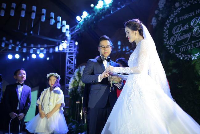 Á hậu Hoàng Anh rạng rỡ với váy trắng tinh khôi trong tiệc cưới - Ảnh 16.