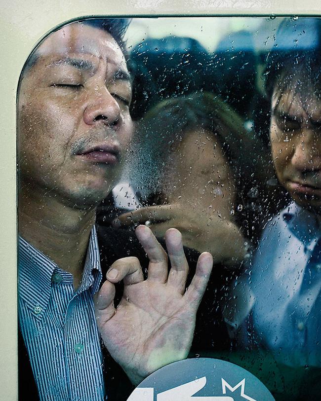 Nỗi chán chường và mệt nhoài với cuộc sống chất đầy chuyến tàu điện Nhật Bản - Ảnh 16.