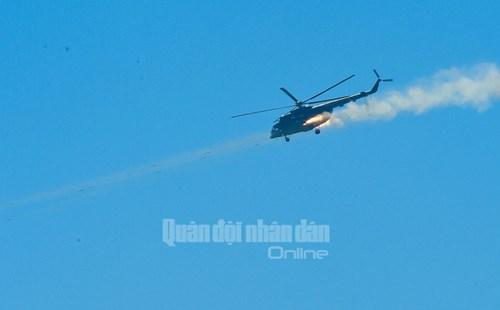 Trực thăng vũ trang, phản lực chiến đấu đồng loạt bắn, ném bom, tiêu diệt mục tiêu mặt đất - Ảnh 16.
