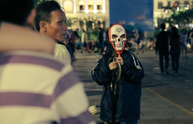 Đầu tư mùa Halloween, nhiều bạn trẻ Sài Gòn hóa trang rùng rợn trêu đùa trẻ em ở phố đi bộ Nguyễn Huệ - Ảnh 20.