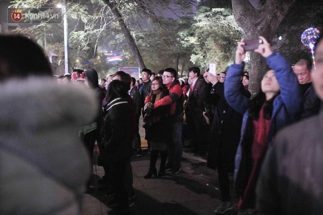 Giới trẻ Hà Nội kéo xuống phố đông nghịt đi chơi Noel - Ảnh 20.
