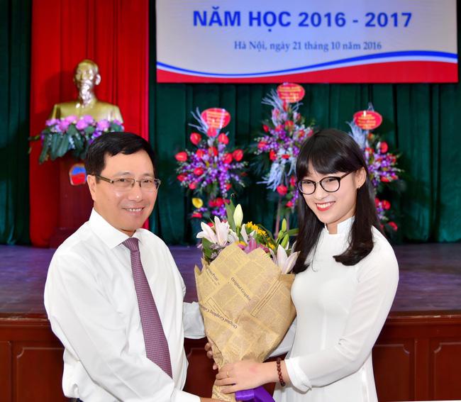 Chưa tròn 18 tuổi, cô nàng bắn 7 thứ tiếng Khánh Vy đã trở thành MC dẫn bản tin thời sự quốc tế - Ảnh 3.