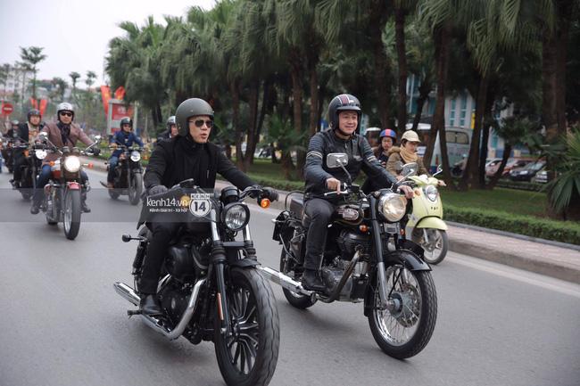 Một lần nữa, MC Anh Tuấn lại gây xúc động khi chạy chiếc xe của Trần Lập dẫn đoàn diễu hành trên phố - Ảnh 3.