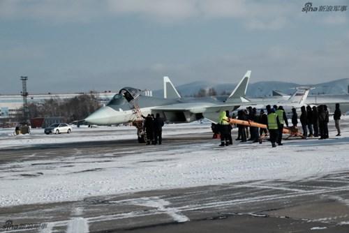 Lộ diện nguyên mẫu mới nhất của siêu tiêm kích Sukhoi T-50 - Ảnh 2.