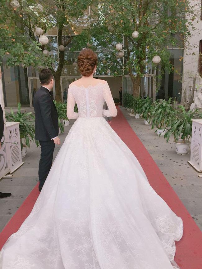 Á hậu Hoàng Anh rạng rỡ với váy trắng tinh khôi trong tiệc cưới - Ảnh 3.
