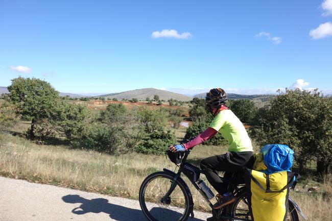 Hành trình 291 ngày, 15.000km, 11 quốc gia, 1 lần suýt chết, và cái kết có hậu của cô gái đạp xe từ Việt Nam - Ảnh 3.