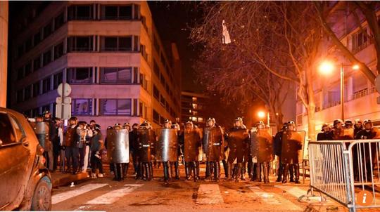 Biểu tình bạo lực sau khi cảnh sát Pháp bắn chết người gốc Hoa - Ảnh 1.
