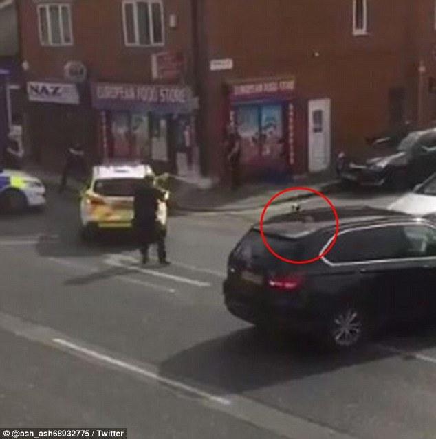 Điên cuồng tấn công trẻ nhỏ giữa trung tâm thành phố Anh, đàn chó bị cảnh sát vũ trang bắn chết - Ảnh 4.