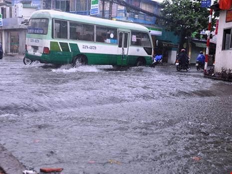 Mưa lớn, đường TP.HCM ngập nặng giữa mùa nóng - Ảnh 3.