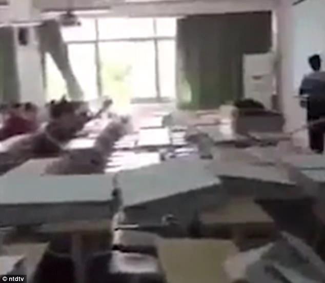 Tường phòng học đổ sập, giảng viên vẫn tiếp tục bài dạy như bình thường - Ảnh 4.