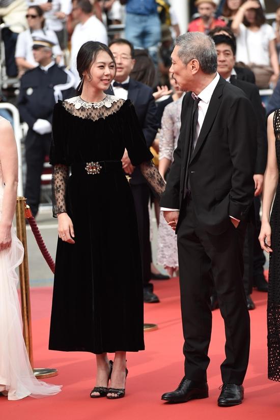 Bất chấp dư luận, chàng 57, nàng 35 ngày càng mặn nồng trên thảm đỏ Cannes 2017 - Ảnh 3.